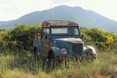 在路旁放弃的老,生锈的卡车 库存图片