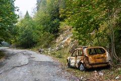 在路旁的一辆被烧的汽车 库存照片