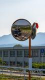 在路旁的凹面镜,有附近一个警报信号表明了那只走的 库存图片