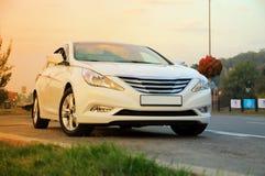 在路旁的白色汽车 免版税图库摄影