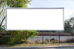 在路旁的空白的广告牌 免版税库存图片