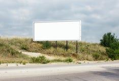 在路旁的空白的广告牌 库存照片