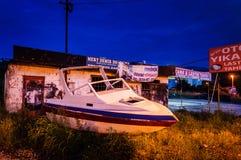 在路旁的老小船在晚上 免版税库存照片