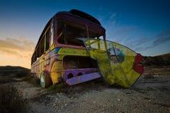 在路旁的老打破的马戏公共汽车 库存照片