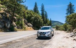 在路旁的越野汽车 家庭旅行向优胜美地国家公园,加利福尼亚 图库摄影