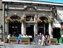 在路旁的酒铺在格拉斯哥市,苏格兰 免版税库存图片