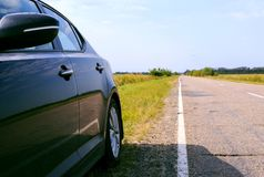 在路旁的黑汽车 免版税库存照片
