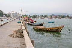 在路旁边的小渔船 免版税库存照片