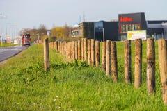 在路旁边的木篱芭岗位在Meerkerk,荷兰 库存照片