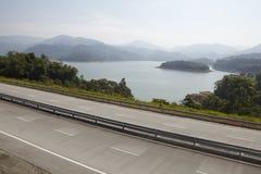 在路旁边的湖 免版税图库摄影