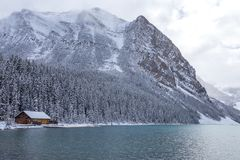 在路易丝湖的客舱在班夫国家公园 库存图片