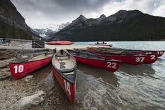 在路易丝湖的独木舟 免版税库存照片