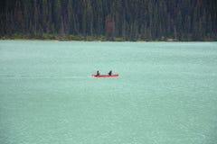 在路易丝湖的皮船 免版税库存照片