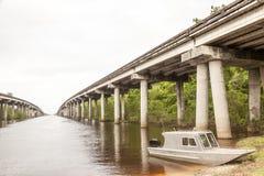 在路易斯安那沼泽的渔船 免版税库存图片