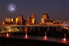 在路易斯维尔,肯塔基上的上升的月亮 库存图片