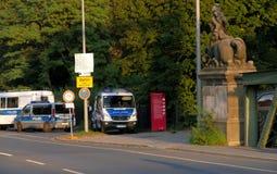 在路标柏林市旁边的警车 免版税图库摄影