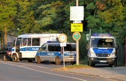 在路标柏林市旁边的警车 免版税库存照片
