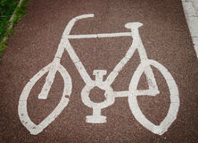在路沥青绘的自行车标志 免版税图库摄影