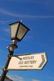 在路灯柱的牌有到针老电池的方向的 免版税库存照片