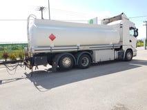 在路燃料transportarion的汽车罐车 库存照片