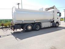 在路燃料transportarion的汽车罐车 免版税库存图片