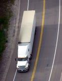 在路牵引车拖车卡车之上 免版税库存照片