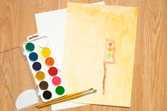 在路的一个红绿灯,一个房子在森林里和领域 儿童与色的铅笔和水彩的` s图画 免版税库存图片