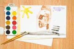 在路的一个红绿灯,一个房子在森林里和领域 儿童与色的铅笔和水彩的` s图画 图库摄影