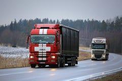 在路的两辆半拖车在冬天 库存照片