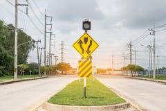 在路的交通标志在工业庄园 免版税图库摄影