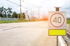 在路的交通标志在工业庄园 免版税库存图片