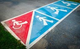 在路的交通标志油漆轮椅或步行步行的 免版税库存照片