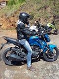 在路的伟大和蓝色摩托车 免版税库存图片