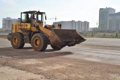 在路的俄国SDLG推土机 免版税库存图片