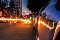 在路的停放的汽车有许多光的 免版税库存照片