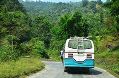 在路的公共汽车在之间安纳布尔纳峰谷去博克拉尼泊尔 免版税库存照片