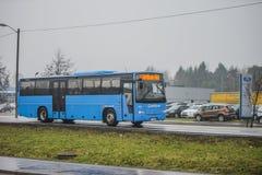 在路的公共汽车 免版税图库摄影