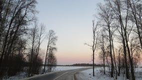 在路的冬天日落 免版税库存图片