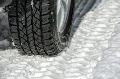 在路的冬天轮胎 免版税库存图片