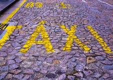 在路的出租汽车词 免版税库存图片
