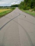 在路的刹车痕 免版税库存图片