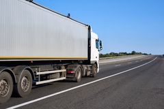 在路的卡车有容器的,货物运输概念,特写镜头对象 免版税图库摄影