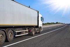 在路的卡车有清楚的容器的,货物运输概念 免版税库存照片