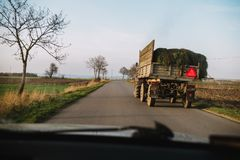 在路的危险 有草的在街道上,看法拖拉机从 免版税库存图片