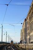 在路的历史的电车在对议会大厦的河沿附近在布达佩斯,匈牙利,在一明亮的天 库存照片