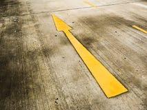 在路的向前igns批转和在路的正确的标志 免版税库存图片