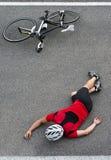 在路的周期事故 免版税库存图片