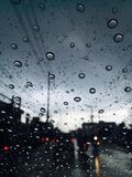 在路的多云雨天 库存照片