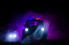 在路的夜加速警车照明设备  在移动与雾的路的警车 选择聚焦 追逐 免版税图库摄影