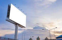 在路的大空白的广告牌有城市视图背景 免版税图库摄影